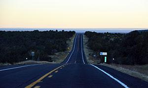 延伸到远方的柏油公路摄影高清图片