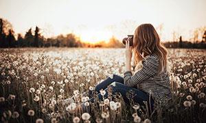 在拍攝美景的長發美女攝影高清圖片