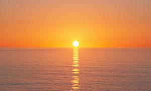 夕陽西下水面波光風景攝影高清圖片
