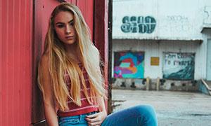 身穿牛仔褲的長發美女攝影高清圖片
