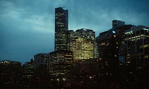 夜幕降临之时城市建筑夜景高清图片