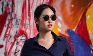 双手插口袋的墨镜美女摄影高清图片