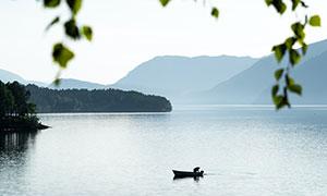 远山湖面扁舟自然风光摄影高清图片