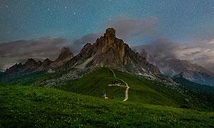 星空群山花草小路风光摄影高清图片