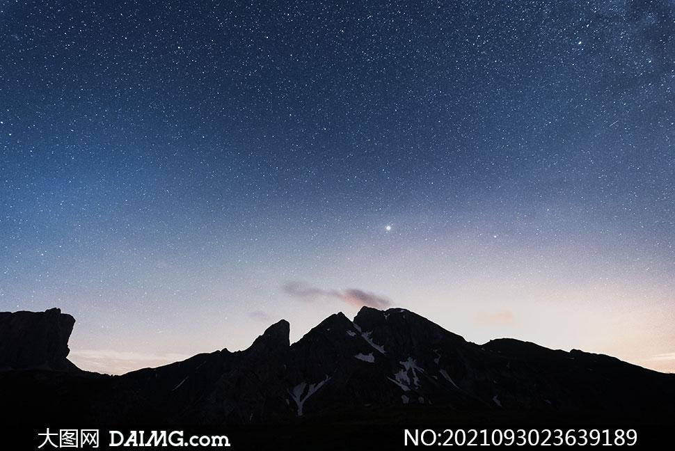 点点繁星天空下的高山摄影高清图片