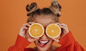 被橙子遮住双眼的美女摄影高清图片
