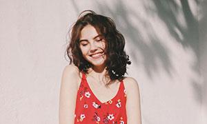 红色图案吊带裙装美女摄影高清图片