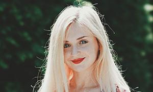 小碎花裙子装扮的金发美女高清图片