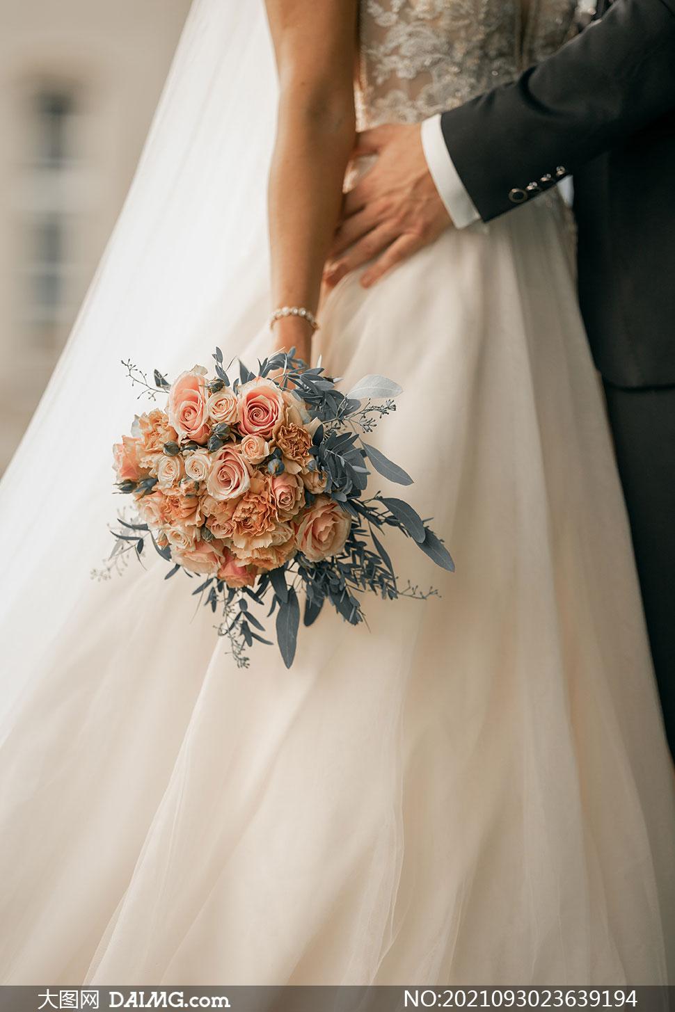 手拿着玫瑰花束的新娘摄影高清图片