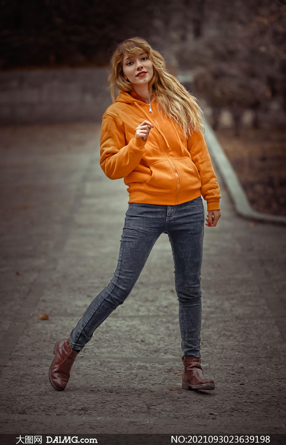 卫衣牛仔裤装扮的美女摄影高清图片