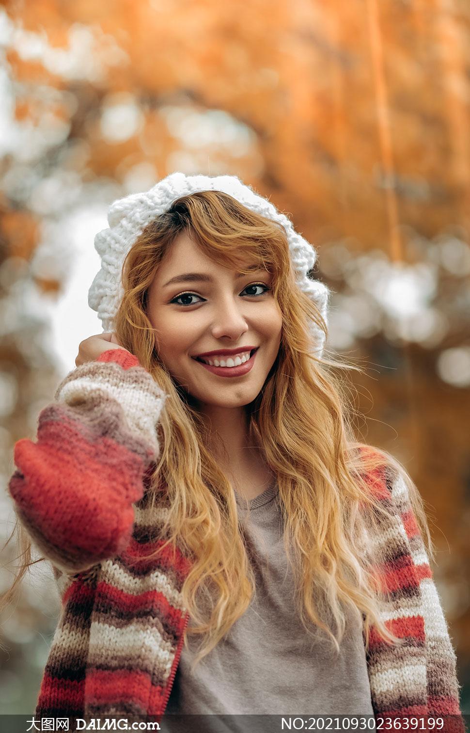 头戴着帽子的秋冬服饰美女高清图片