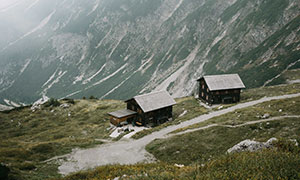 山坡上的房子航拍视角摄影高清图片