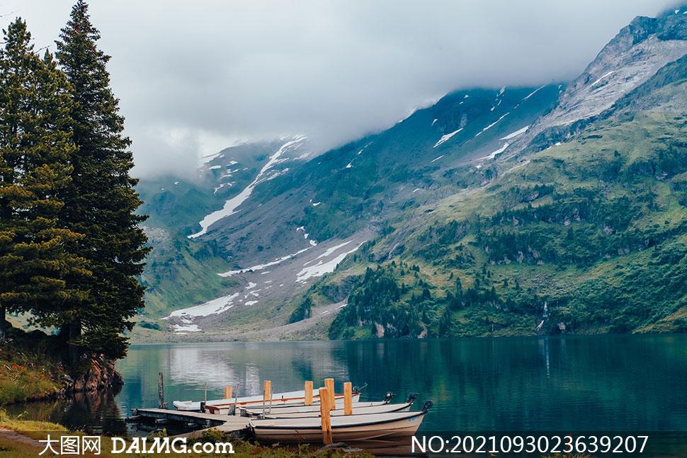 湖畔小船与山上的植被摄影高清图片