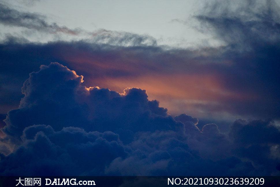 躲在乌云后的阳光风景摄影高清图片