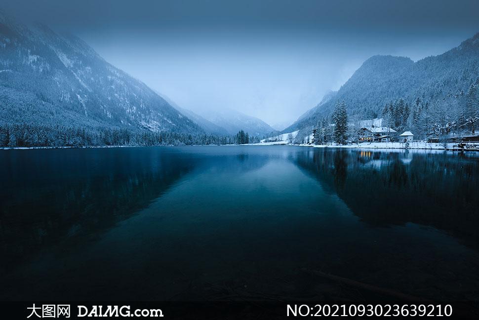 银装素裹高山树木湖泊摄影高清图片