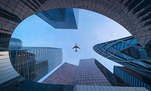 蓝天白云飞机与建筑物摄影高清图片