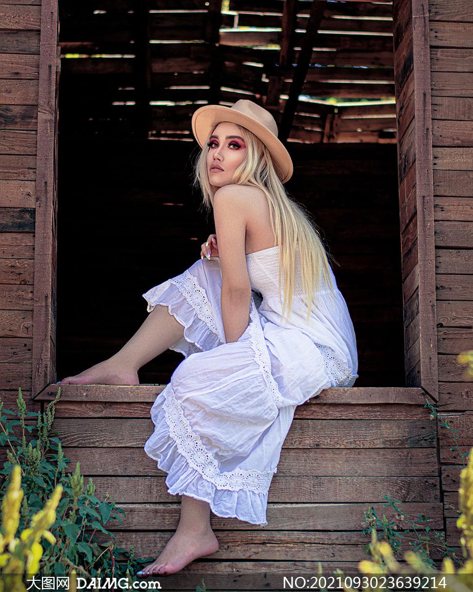 坐在窗台上的长裙美女摄影高清图片