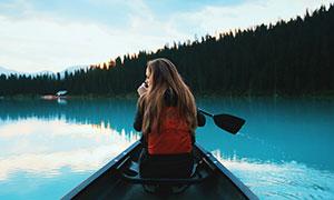 在湖面上划着船的美女摄�天由命吧影高清图片
