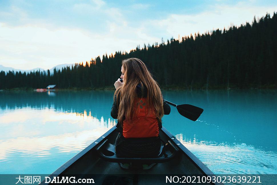 在湖面上划着船的美女摄影高清图片