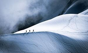 航拍镜头视角下的雪�~�t晨山高清图片