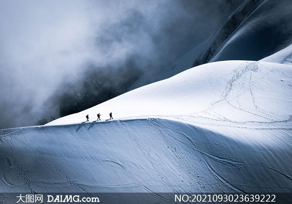 航拍镜头视角下的雪山高清图片