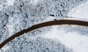冰天雪地森林公路鸟瞰摄影高清图片